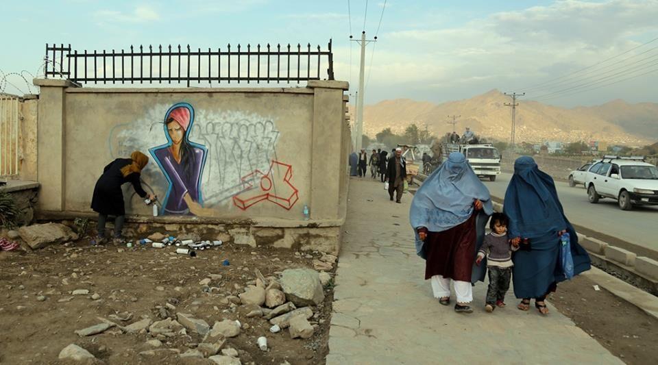 Afghanische Mütter in Deutschland weinen um ihre Kinder in Afghanistan